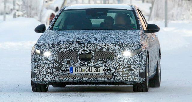 La nuova generazione della più popolare berlina di Mercedes che arriverà nella primavera del 2021 sarà dotata anche di una versione ibrida plug-in