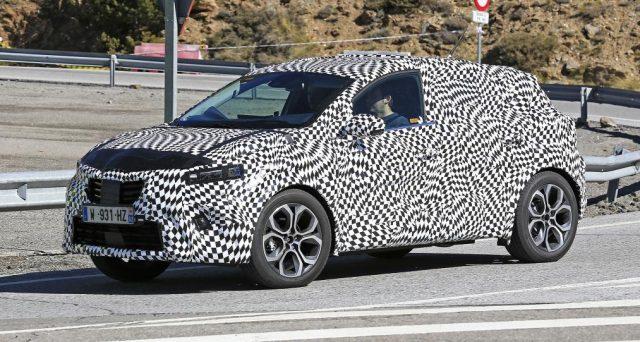 Nuova Renault Captur: foto spia per la nuova generazione che debutterà nei prossimi mesi forse al Salone di Francoforte