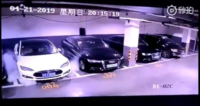 Tesla sta studiando un video che mostra una Model S prendere fuoco all'improvviso mentre è ferma in un garage in Cina