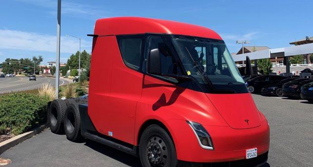 Tesla Semi avvistato a Rocklin in California nelle scorse ore in un inedito colore rosso