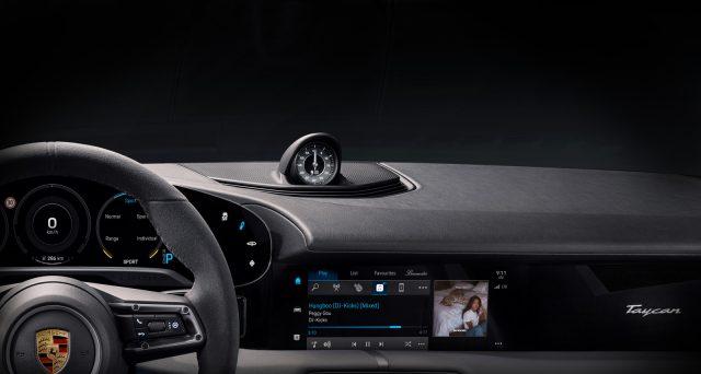 Nelle scorse ore Porsche ha mostrato la prima immagine ufficiale degli interni della sua nuova auto elettrica Taycan