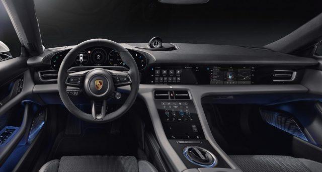 Porsche ha rivelato nelle scorse ore l'interno del Taycan nella sua interezza. La cabina è dominata da quattro diversi schermi