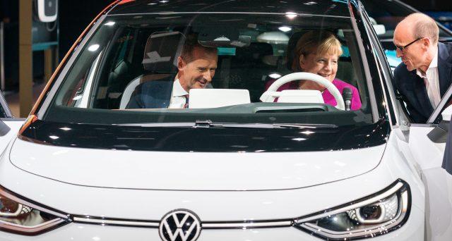 Volkswagen ID.3 è stata al centro dell'attenzione durante la visita del Cancelliere Angela Merkel al Salone di Francoforte