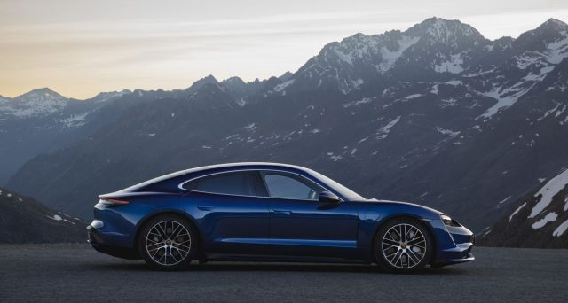 Porsche Taycan è stata finalmente rivelata. La versione di produzione della prima auto completamente elettrica della casa automobilistica tedesca è stata svelata mercoledì