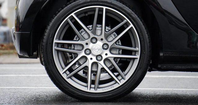 Uno dei segreti per viaggiare in auto in totale tranquillità è la costante manutenzione dei pneumatici: vediamo perciò le 5 regole per viaggiare sicuri