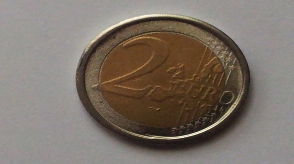 Boom di casi di banconote da 20 euro e monete da 2 euro false. Ecco come riconoscerle.