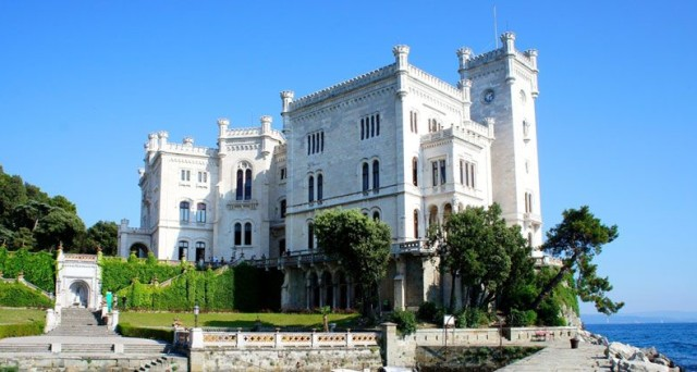 Castelli da vedere in Italia: i dieci più belli da visitare. Dalla fortezza di Bard, passando per Castel del Monte,  la Rocca di Calascio e altri.