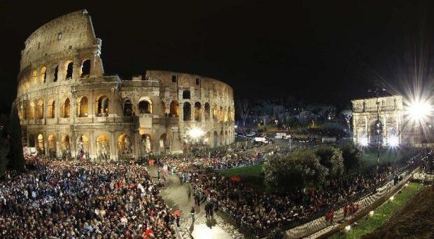 Andrà in scena stasera la via Crucis al Colosseo, ecco le informazioni sulle strade deviate e gli orari delle celebrazioni.