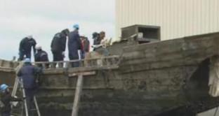 Giappone, barca con otto scheletri arriva sulla costa nipponica. Secondo la guardia costiera l'imbarcazione è proveniente dalla Corea del Nord.
