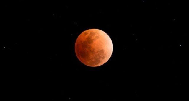 Il 21 gennaio ci sarà l'eclissi di luna totale fenomeno per il quale la luna assumerà un colore rossastro: effetti e leggende di tutto il mondo.