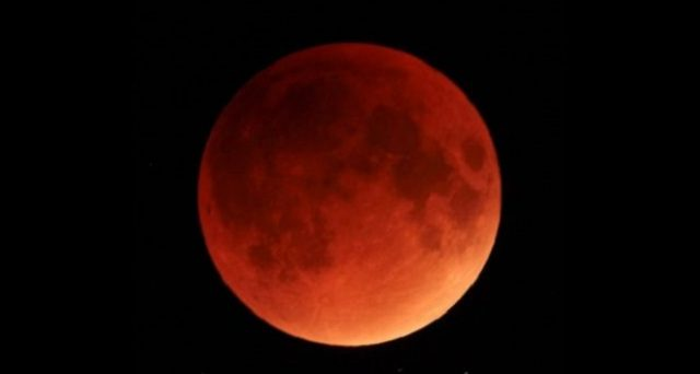Il fenomeno più spettacolare del cielo di gennaio 2019 sarà l'eclissi totale di luna che renderà quest'ultima di colore rossastro.