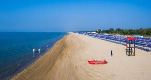 In Italia arriva la prima spiaggia dove non si potrà fumare: è Bibione, ecco le info.