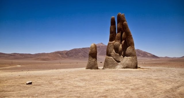 Ecco una lista di 10 opere d'arte allestite in luoghi insoliti, dalla mano gigante nel deserto al Bansky di Napoli.