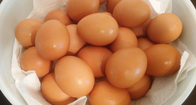 """Una ricerca pubblicata sulla rivista """"Clinical Nutrition"""" comunica che consumando settimanalmente le uova (da 2 a 4) si ridurrebbe considerevolmente il rischio della maculopatia: ecco i dettagli."""