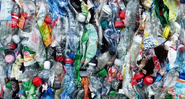 La plastica è ormai una piaga: è presente ovunque anche in isole remote ed il tempo di degradazione è anche molto lungo.