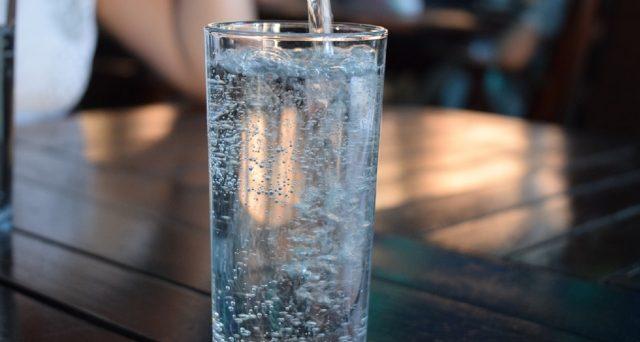 Un caldo record e giornate di calura intorno ai 40°: per affrontare l'estate 2019, ecco i consigli degli esperti su quanta acqua bere al mare, in montagna e in città.