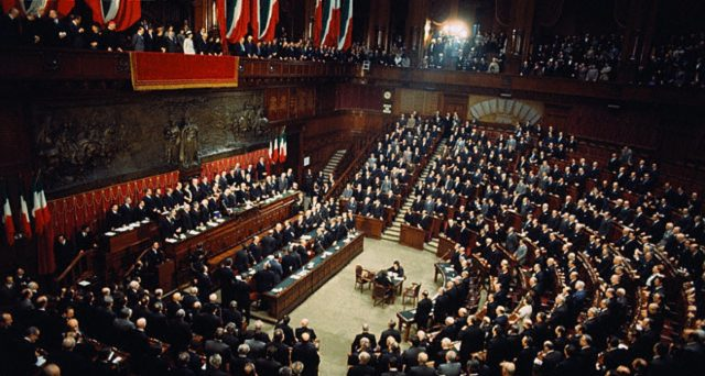 Nelle intenzioni di voto degli italiani dai sondaggi della SWG si evince che il Movimento Cinque Stelle sprofonda insieme al Pd mentre Lega, Fratelli d'Italia, Toti e Forza Italia hanno la maggioranza assoluta.