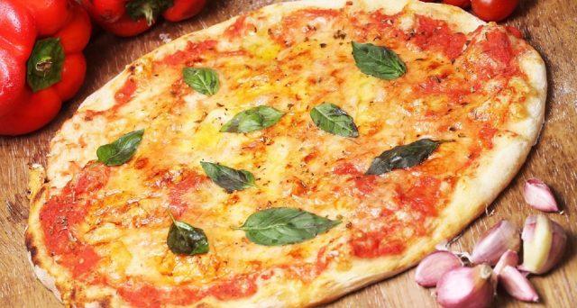 La pizza è uno dei simboli della cucina italiana e consiste in un semplice impasto a base di lievito, farina ed acqua. Ovviamente esistono varie tipologie: le più gettonate e le calorie.