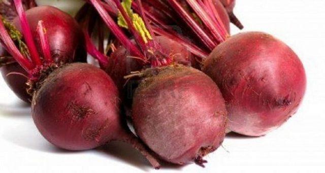 Ecco le proprietà benefiche, le calorie, i valori nutrizionali e l'utilizzo della barbabietola rossa.