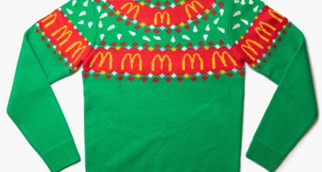 McDonald's ha lanciato una capsule collection natalizia con renne, panini e i simboli noti della catena di fast food.