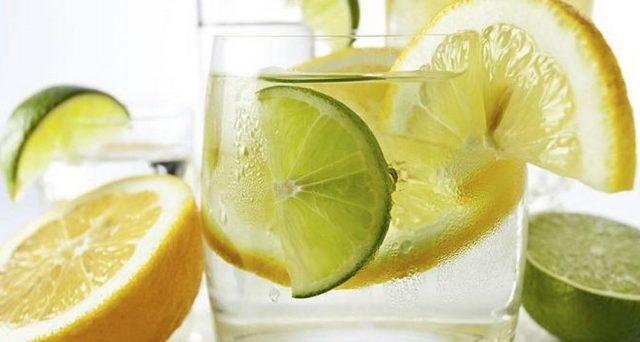 Il limone appena svegli è ottimo per depurarsi, disintossicarsi, drenare e anche dimagrire. Ma non solo