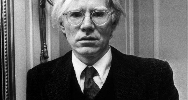Le opere più costose di Andy Warhol, ma anche tutti i film diretti dal regista. Oggi è l'anniversario della sua nascita.