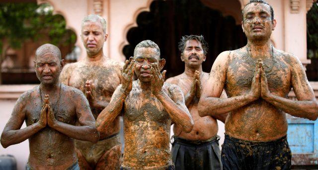Le ritualità religiose -in India soprattutto- sono l'esatto opposto di quanto consigliato dalla scienza