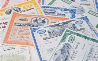 Il Tesoro ha collocato 3,5 miliardi di buoni poliennali a un tasso leggermente inferiore a quello del mese scorso. La Bce continua a sostenere il debito pubblico italiano, mentre la Germania fatica a collocare i propri titoli statali perché rendono meno dell'inflazione