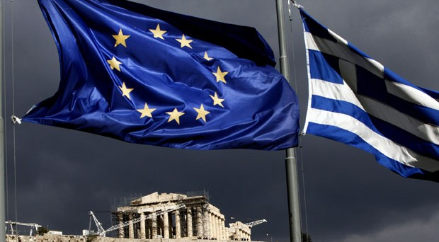 Mossa a sorpresa del primo ministro Papandreu che chiama il popolo a decidere se restare nell'euro o no. I mercati crollano e le obbligazioni greche vanno al tappeto. Cosa si nasconde dietro a una notizia diffusa in un giorno festivo?