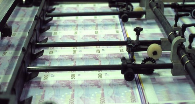 Assegnati dal Tesoro in asta 2,5 miliardi di titoli zero coupon con scadenza 2014 con tassi ai massimi dall'introduzione dell'euro. Il decreto sviluppo è inefficace sui tagli alla spesa statale e lo spread continua a salire