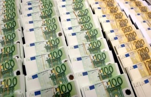 Mentre il Tesoro festeggia un altro calo dei rendimenti sui titoli di stato, l'Istat conferma il crollo del Pil (-2,4%) dopo 13 mesi di governo Monti. Disoccupazione al 12.4% nel 2014