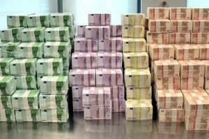 Il Tesoro colloca con successo 8 miliardi di euro di titoli a tasso fisso e variabile ritrovando la fiducia degli investitori internazionali. Nessun segnale di ripresa per l'economia: produzione industriale ancora giù