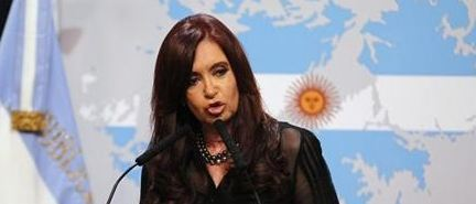 Giudici supremi americani riuniti a porte chiuse da ieri per esaminare il ricorso della presidenta argentina Kirchner contro le sentenze di primo e secondo grado sui bond. Salgono i Cds