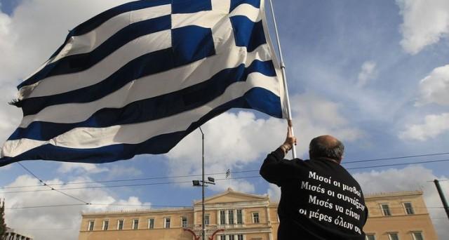 Atene valuta di uscire prima del previsto dalla tutela della Troika. Si temono elezioni anticipate e vittoria Syriza. Il decennale vola al 9%