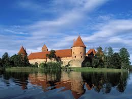 Dal 1 gennaio Vilnius aderirà ufficialmente alla moneta comune. Le obbligazioni statali sono più sicure dei titoli di stato italiani