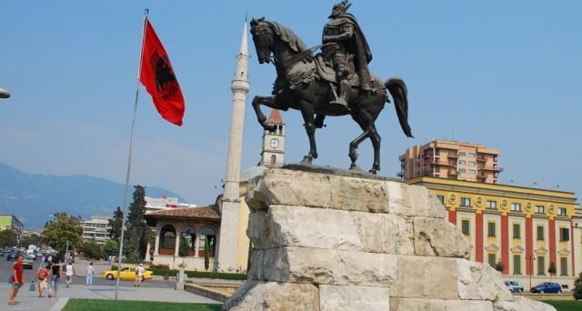 A due anni dal rimborso le obbligazioni in euro rendono il 5,7% e rappresentano una buona occasione di diversificazione in previsione dell'entrata di Tirana nell'Unione Europea