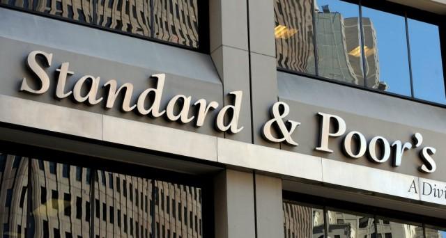 Attesa la conferma del rating di Standard & Poor's sull'Italia. L'esito del referendum incombe però sulle prospettive di crescita del Paese