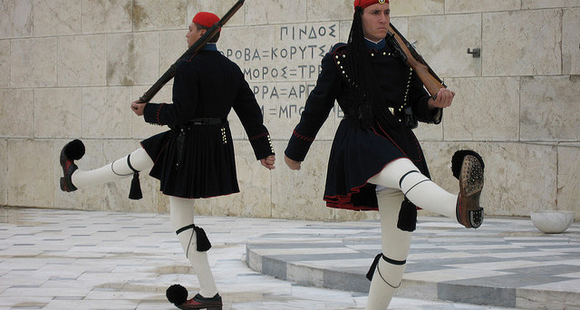 Scendono i rendimenti dei bond greci dopo l'intervento di Moody's sul rating. Bce pronta ad acquistare titoli di Atene
