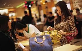 I mercati emergenti spingono la domanda mondiale di beni di lusso. Dove e come investire. Il commento degli analisti