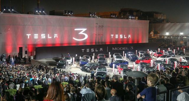 Il nuovo bond Tesla (USU8810LAA18) offre ritorni interessanti, ma l'azienda delle auto elettriche non fa ancora utili e la concorrenza è agguerrita