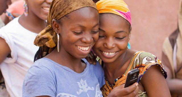 Cina, India e Brasile guidano i consumi dei paesi emergenti. Smartphone e internet sono gli strumenti preferiti