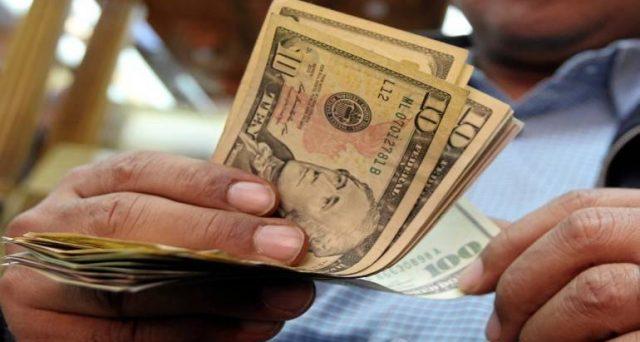 Unicredit ha da poco emesso un'obbligazione in dollari a rendimenti nettamente superiori agli altri bond denominati in euro. E non è la sola società a puntare sul mercato americano, vediamo perché.