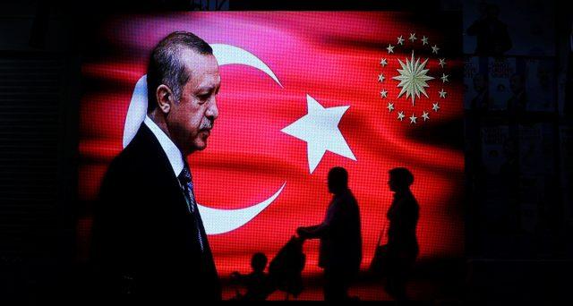 Lira turca in forte calo anche oggi sui risultati elettorali delle amministrative sfavorevoli al presidente Erdogan nelle grandi città. Ecco il timore segnalato dai mercati.