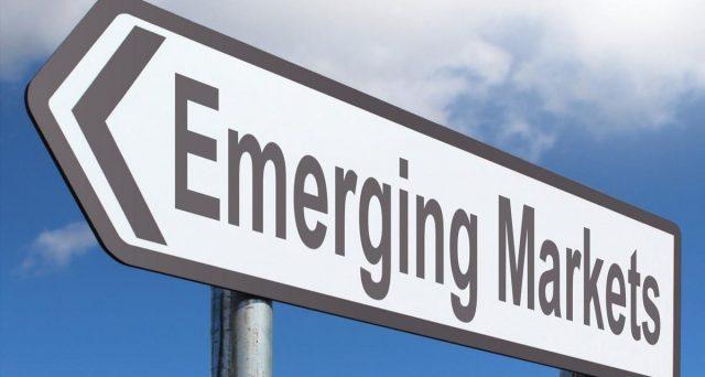I rendimenti a picco dei bond in euro costringono il mercato a guardarsi intorno e nei paesi emergenti già si fiuta la seconda opportunità del decennio, con emissioni apparentemente allettanti. Ma i rischi potenziali sono elevati.