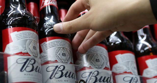 La società che detiene marchi come Bud Light e Budweiser ha una montagna di debiti da scalare ed emetterà obbligazioni a lunga scadenza per migliorarsi sotto il profilo finanziario. C'è ancora valore nei suoi bond?