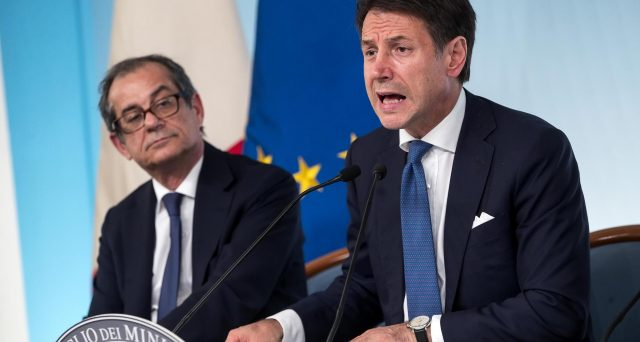 Le tensioni politiche dentro il governo giallo-verde non stanno mettendo in crisi i titoli del debito pubblico italiano. Lo spread BTp-Bund resta sotto i 200 punti e i rendimenti non salgono. Ecco perché.