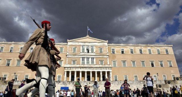 La Grecia emetterà oggi titoli di stato a 7 anni per la prima volta dal febbraio dello scorso anno. Atene ha già raccolto 5 miliardi di euro sui mercati quest'anno e punta a sfruttare a suo vantaggio l'ottimo momento con i rendimenti calanti ai minimi storici.