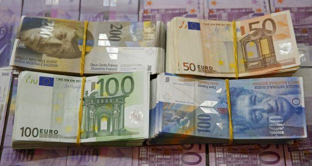 Rendimenti ancora più negativi e spread BTp-Bund in aumento. Queste sarebbero le conseguenze del rafforzamento del franco svizzero contro l'euro ai massimi da oltre due anni. Vediamo le ragioni.