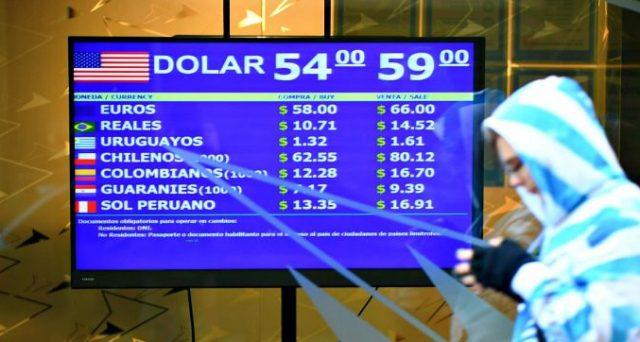 Il governo blocca la vendita di valuta forte nel tentativo di arginare il crollo del peso. Sospesi i rimborsi di bond a brevissima scadenza (Letras), si attende decreto per ristrutturazione del debito.