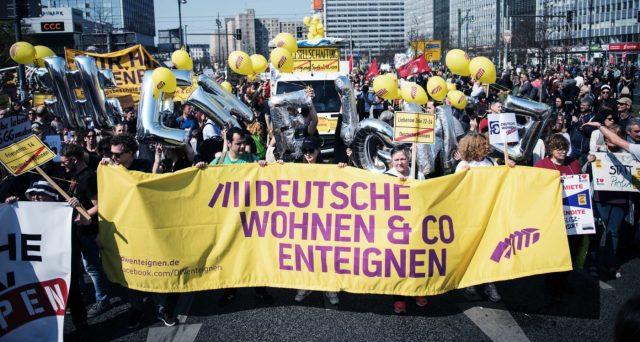 Moody's minaccia di declassare il rating della città di Berlino sul possibile esproprio delle case e gli attivisti accusano l'agenzia di essere in conflitto d'interesse. Il mercato immobiliare è diventato un problema.